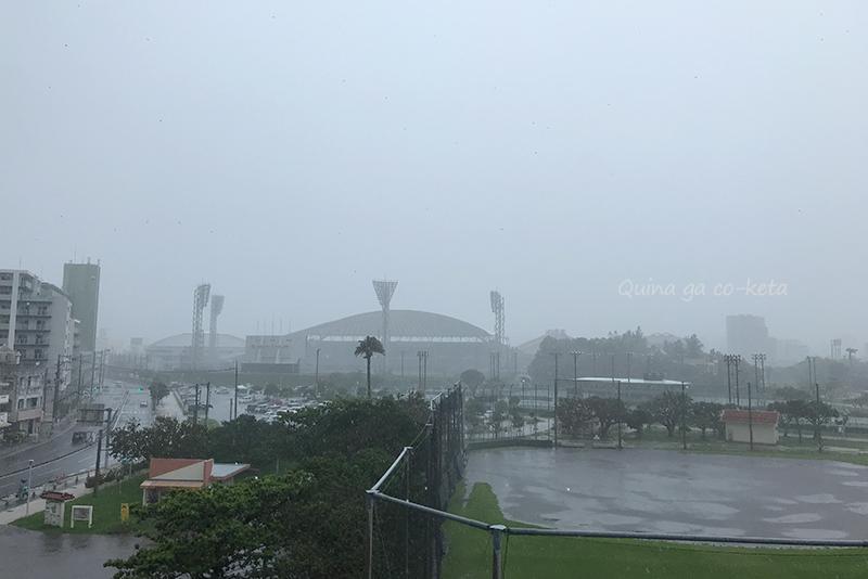 雨で真っ白な那覇の空(奥武山公園駅)