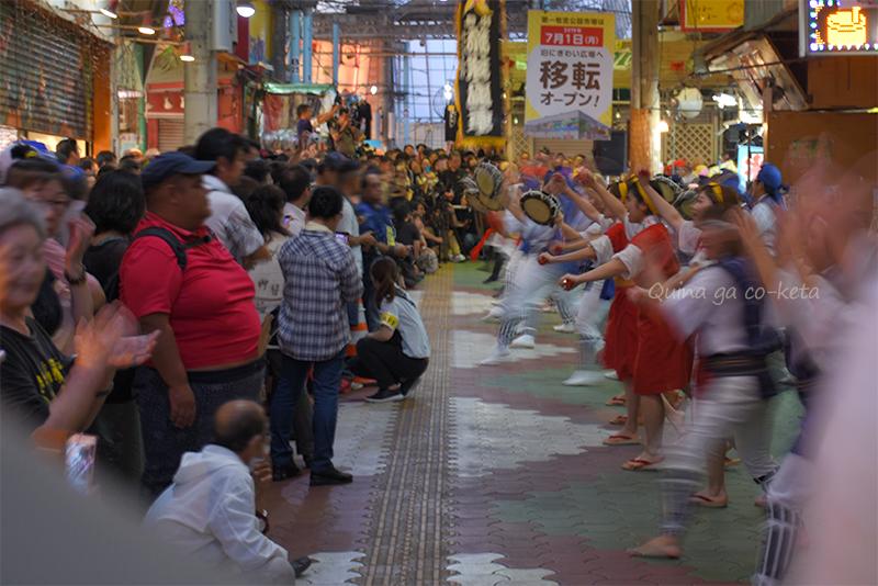 移転前の牧志公設市場でエイサーの演舞