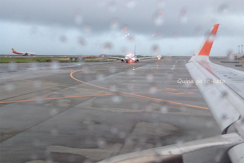 那覇空港滑走路で待機中の飛行機