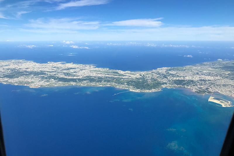 中城湾の上空から本島を見渡す