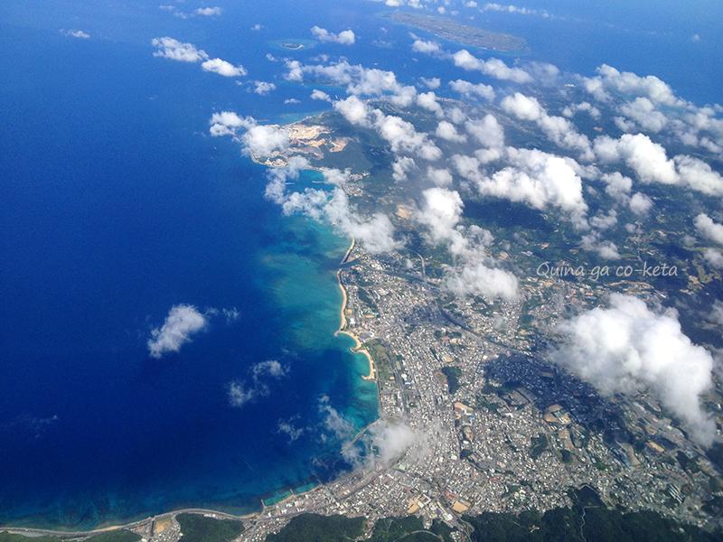 飛行機から見える名護市街地から伊江島までの景色