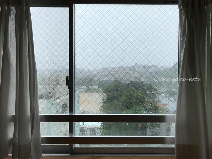 ホテルの窓に雨が打ち付ける