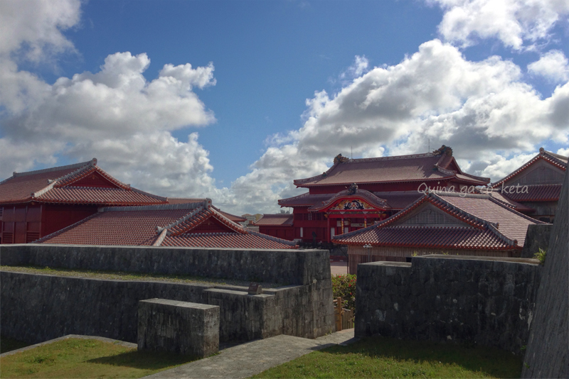 京の内から続く階段を降りると現れる首里城正殿(2015年5月18日)