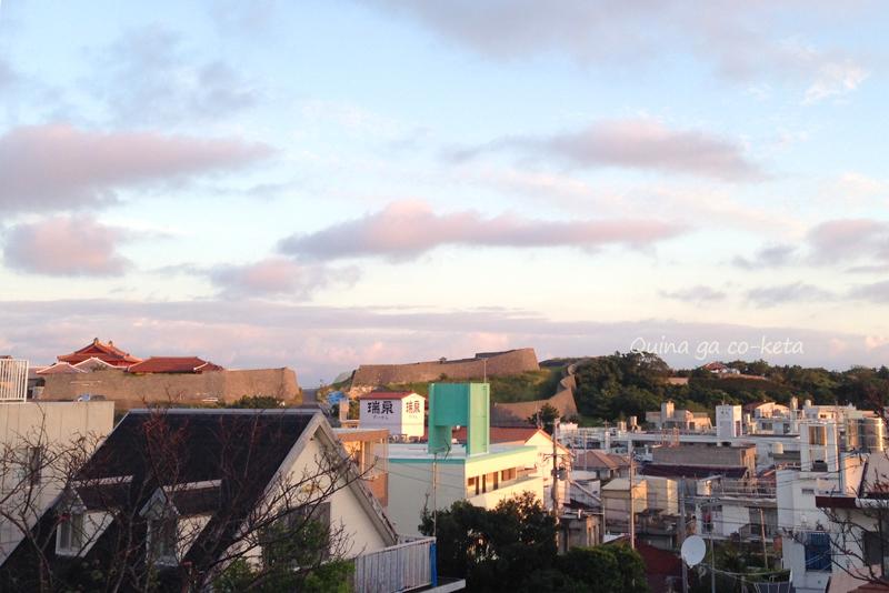 朝日に輝く首里城(2015年10月31日撮影)