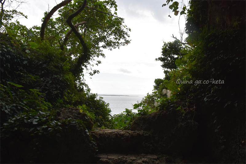 三庫理のトンネルの先、久高島が見える場所