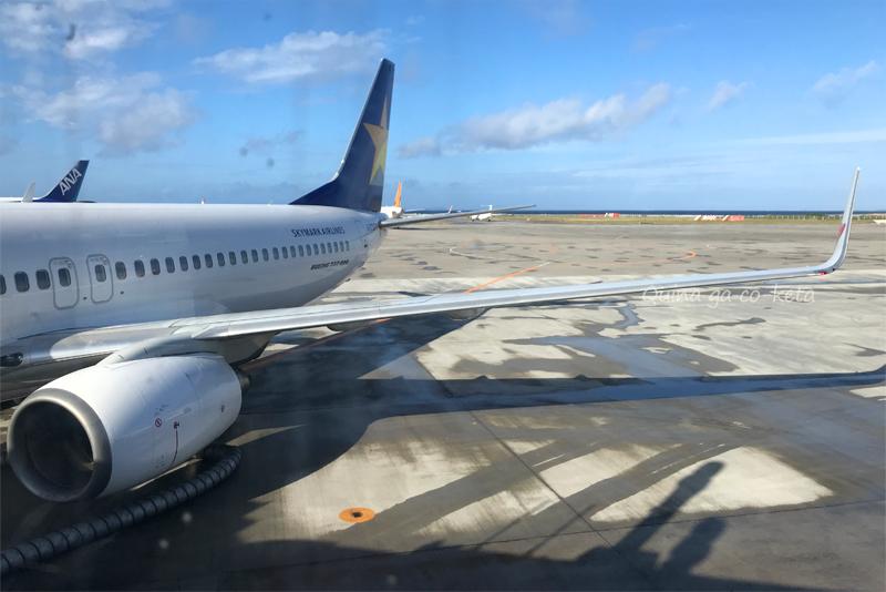 那覇空港からほそーく青い海が見えた