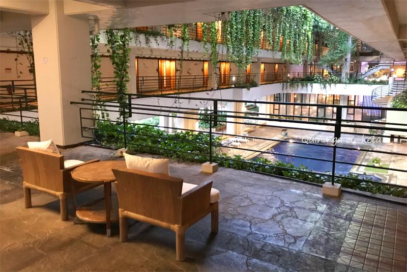 ムーンビーチ館内のソファーと半屋内プール