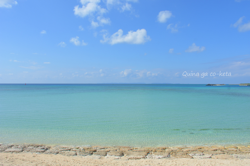 2月の沖縄の海は透き通って淡いブルー