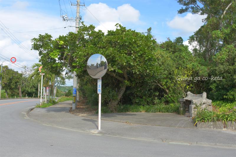 道端に拝所(糸満市名城)