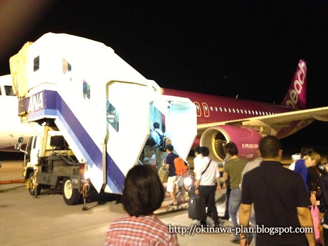 那覇空港でpeachに搭乗する様子