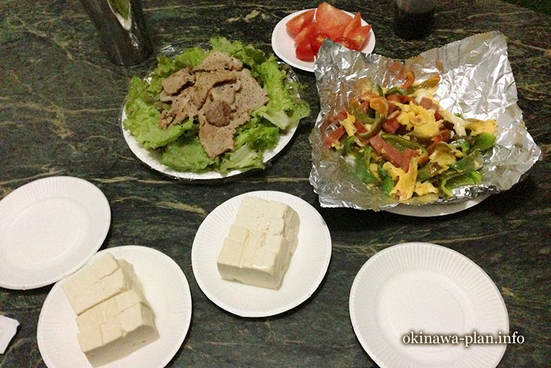 チャンプルーと島豆腐(自炊旅行の晩ご飯)