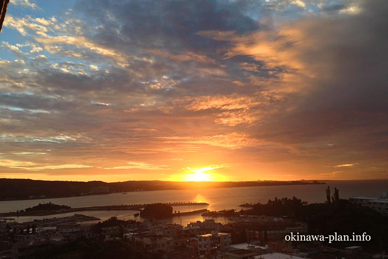 恩納マリンビューパレスから見た12月の夕日
