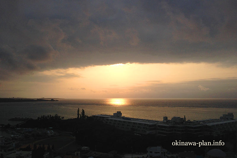 恩納マリンビューパレスからの眺望(4月の夕日)