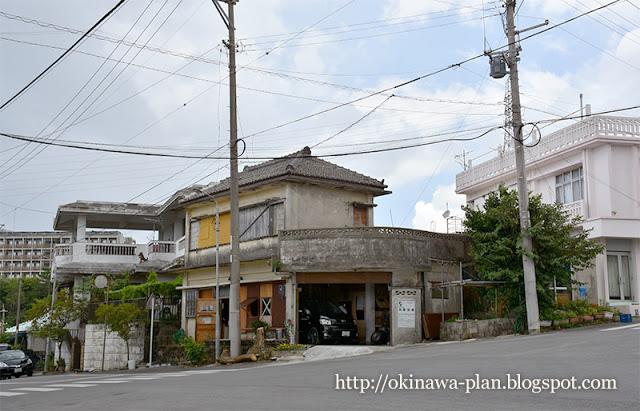 ホテル・ハイビスカスロケ地-美恵子の家の近所にあるバス停(名護市辺野古)