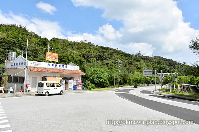 ホテルハイビスカスロケ地-車窓から見えた大浦共同店(名護市大浦)