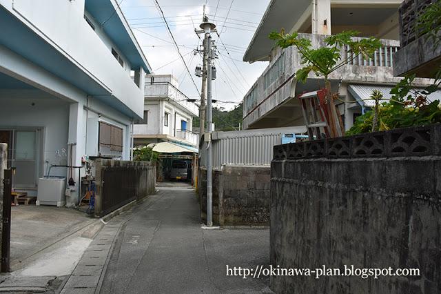 ホテルハイビスカスロケ地-原付が通った路地原付が通った路地(名護市数久田)
