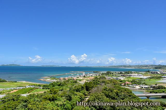 金武湾を見渡す展望台からの絶景(野鳥の森自然公園/うるま市宇堅)