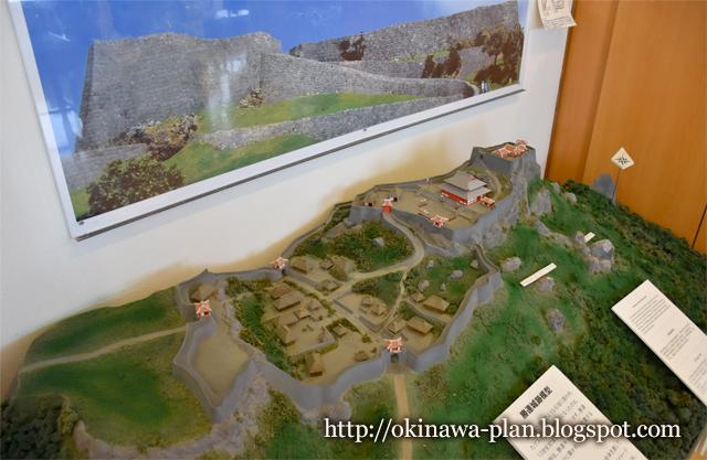沖縄本島の史跡めぐり(勝連グスク休憩所内の復元模型/うるま市勝連)