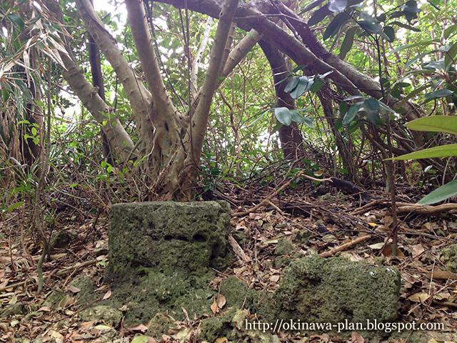 アマミキヨが腰かけた石(久高島)