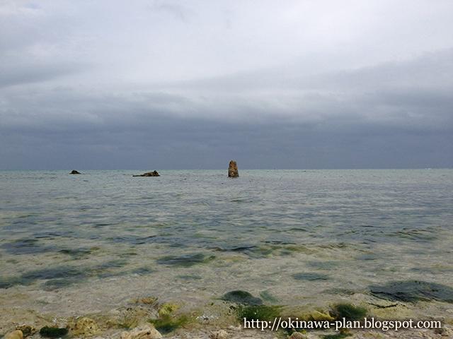 1月末の曇り空とヤハラヅカサ(南城市玉城百名)