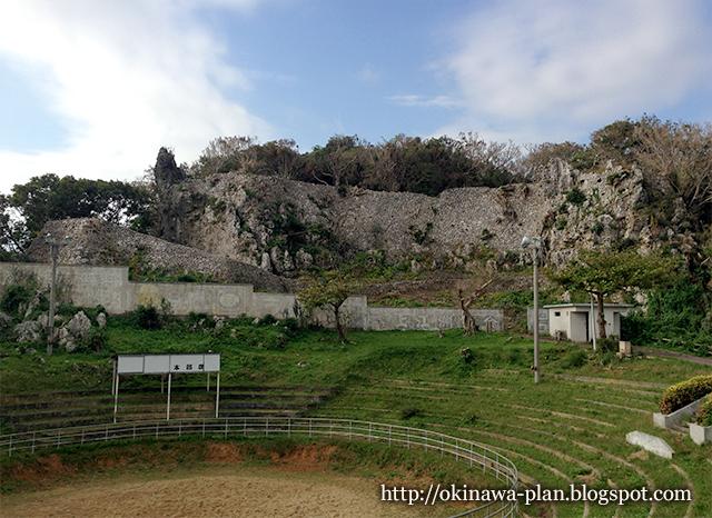 闘牛場側から見る安慶名グスク(うるま市安慶名)