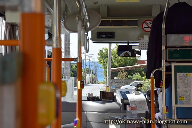 バスの車窓から水平線が見える