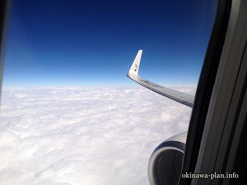 神戸空港発那覇行きのスカイマーク機内から