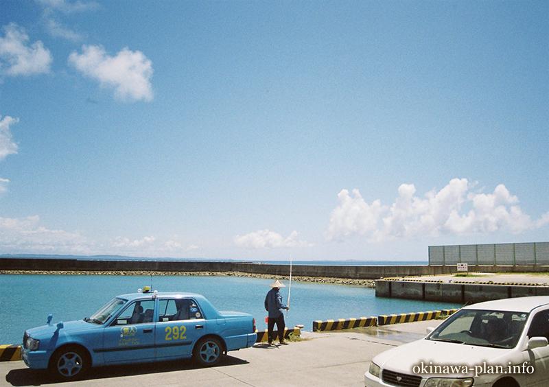 安座真港で久高島行きの船を待ってる時