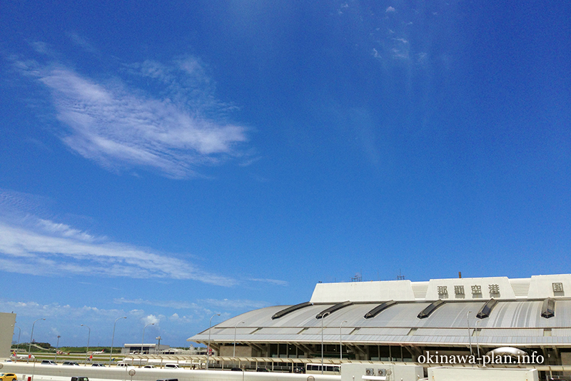 7月の那覇空港で見た青空