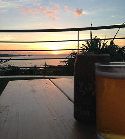 サンセットヒルのベランダで夕暮れビール