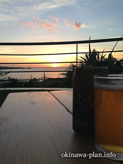 ホテルサンセットヒルのベランダで夕暮れビール