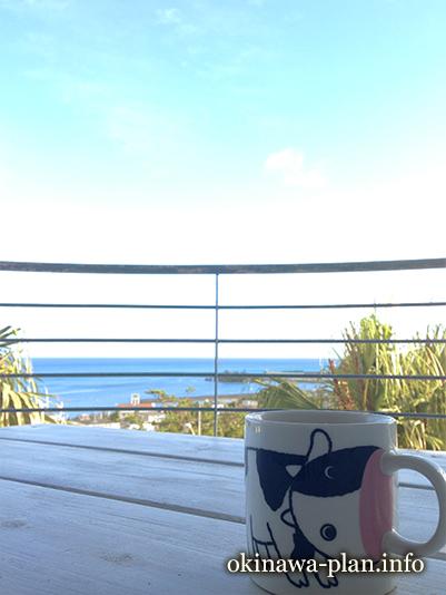 青い海とミルクティーで朝のひと時