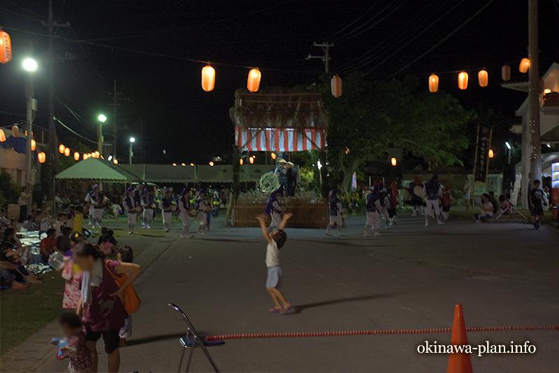 沖縄の旧盆のエイサーはそれぞれが楽しそう