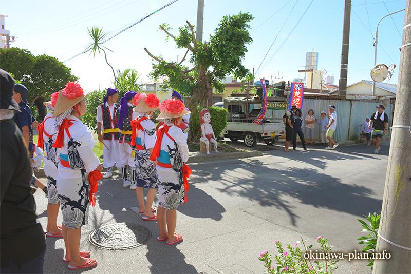 沖縄の旧盆中、昼間に見かけた道ジュネー