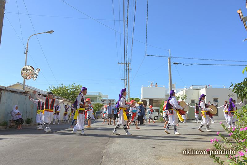 沖縄の旧盆中、エイサーの太鼓の音に誘われて