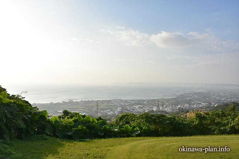 朝靄の向こうに見える中城湾