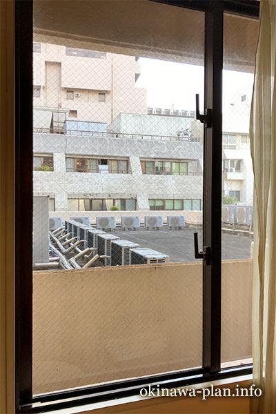 ホテルサンパレス球陽館スモールツインの窓
