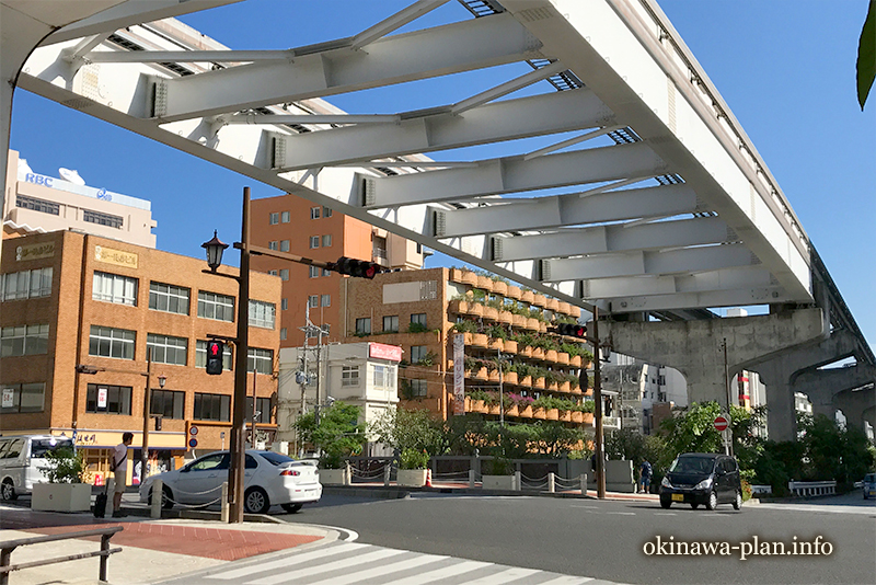 県庁前駅からすぐ見えるホテルサンパレス球陽館