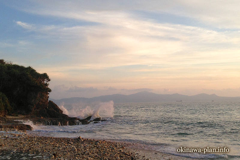台風が過ぎても波は高い(沖縄宇堅ビーチにて)