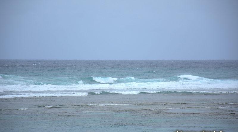 荒れた波も青く見える沖縄の海