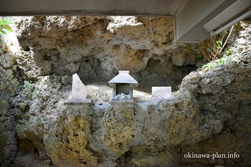 天久宮内にある泊之ユイヤギ御嶽