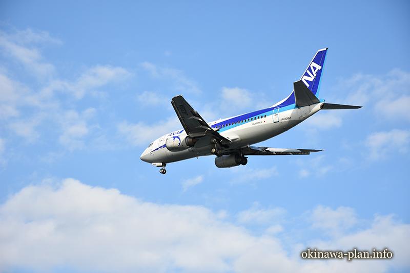 大晦日の瀬長島にて-上空を通過する飛行機