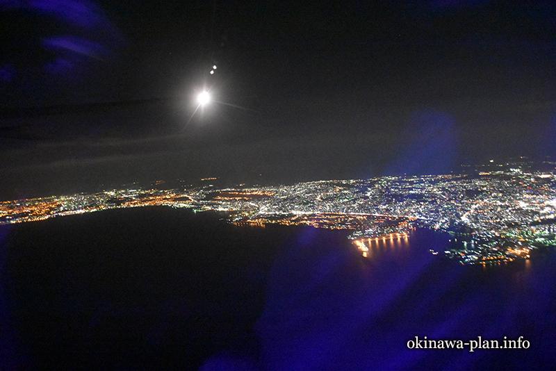 飛行機から見える那覇の夜景(青い影は機内の反射です。)