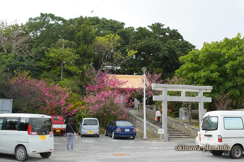 次々と参拝者が訪れる奥武島観音堂(南城市玉城奥武)