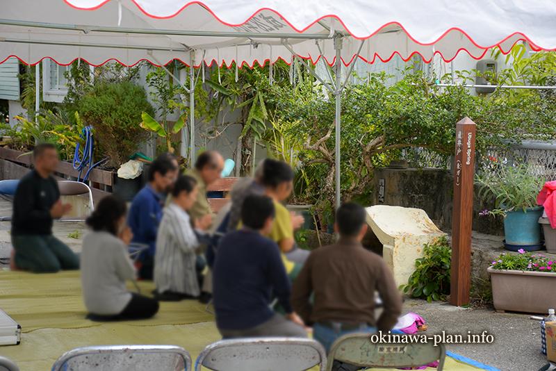 祈りを奉げる神人と地区の人たち(ぼかし加工をしています)