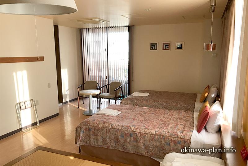 サンパレス球陽館の和洋室(畳間からベランダ)