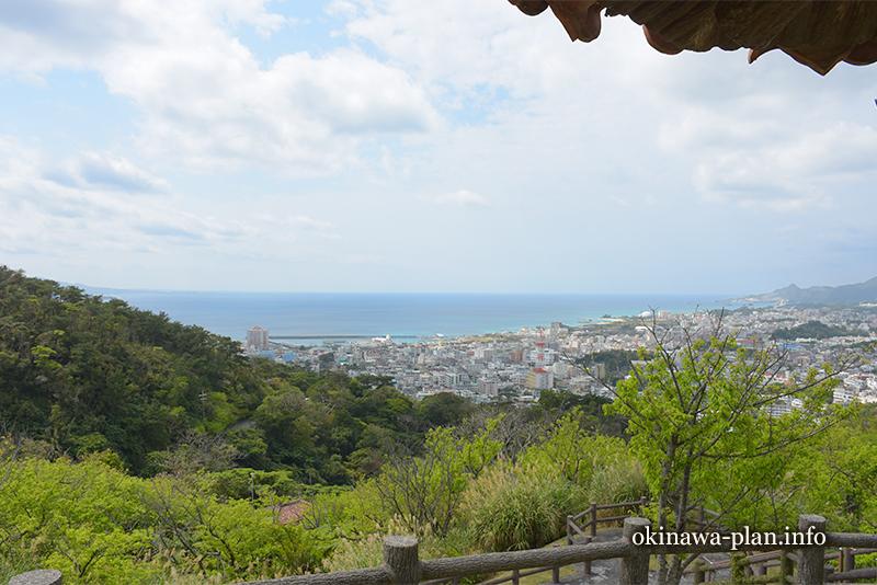 名護岳から名護湾を見下ろす