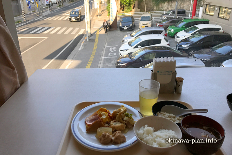 朝食会場の窓際席(沖縄サンプラザホテル)