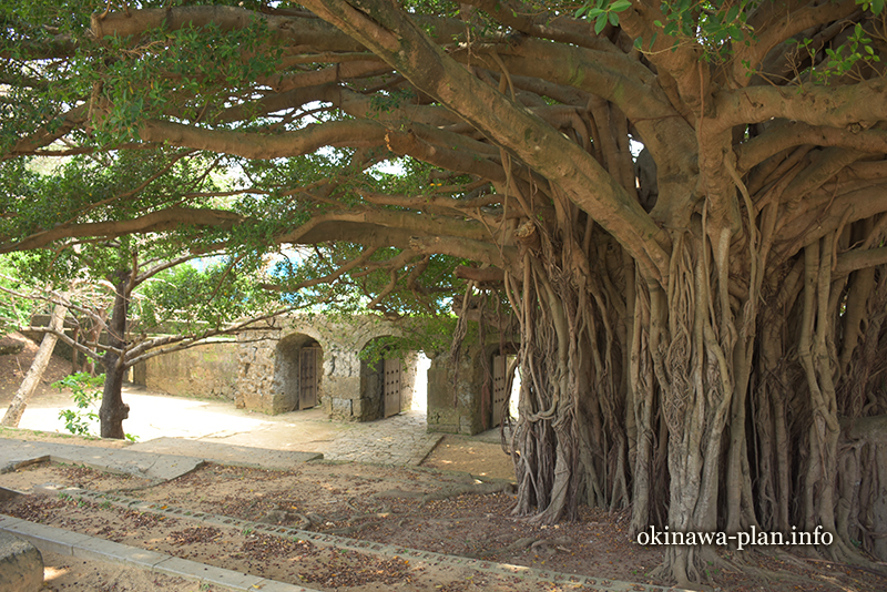 沖縄サンプラザホテル横の史跡、崇元寺跡