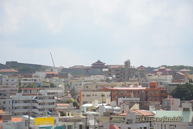 儀保駅から見える首里城(ゆいレールで途中下車の旅)